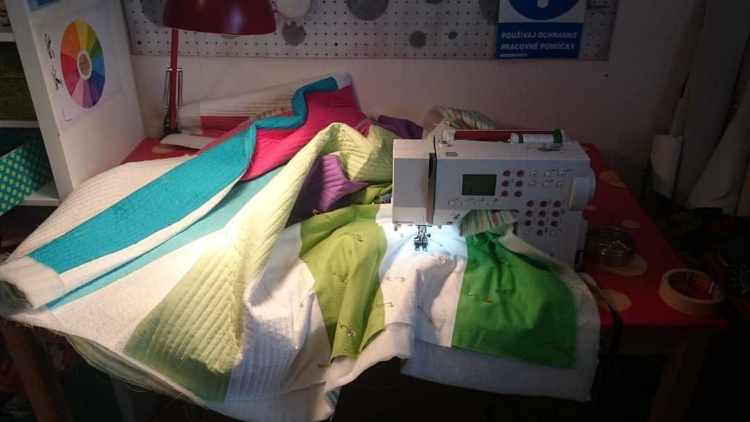 Patchwork deka pod šijacím strojom