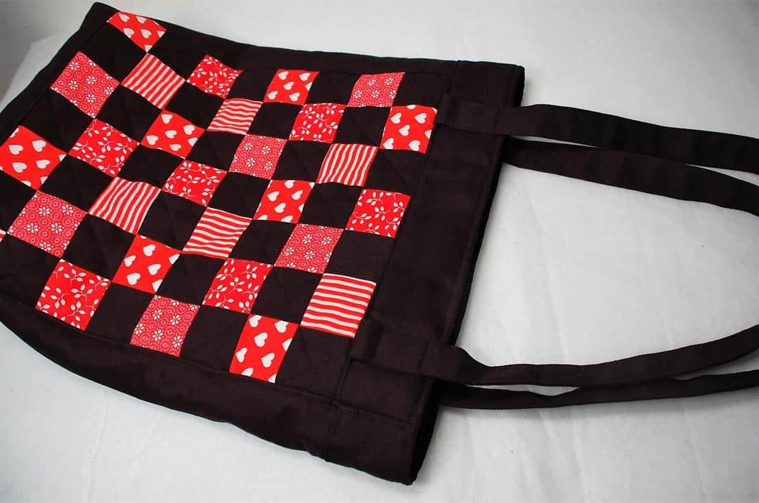 Patchwork taška zošívaná z čiernych a červených štvorcov